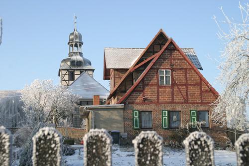 Ehemalige Schule mit Kirche